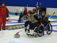 Паралимпийский керлинг на колясках Керлинг командная шотландская игра на ледовом поле Команда в керлинге на колясках состоит из четырех игроков Игроки соревнующихся команд по очереди